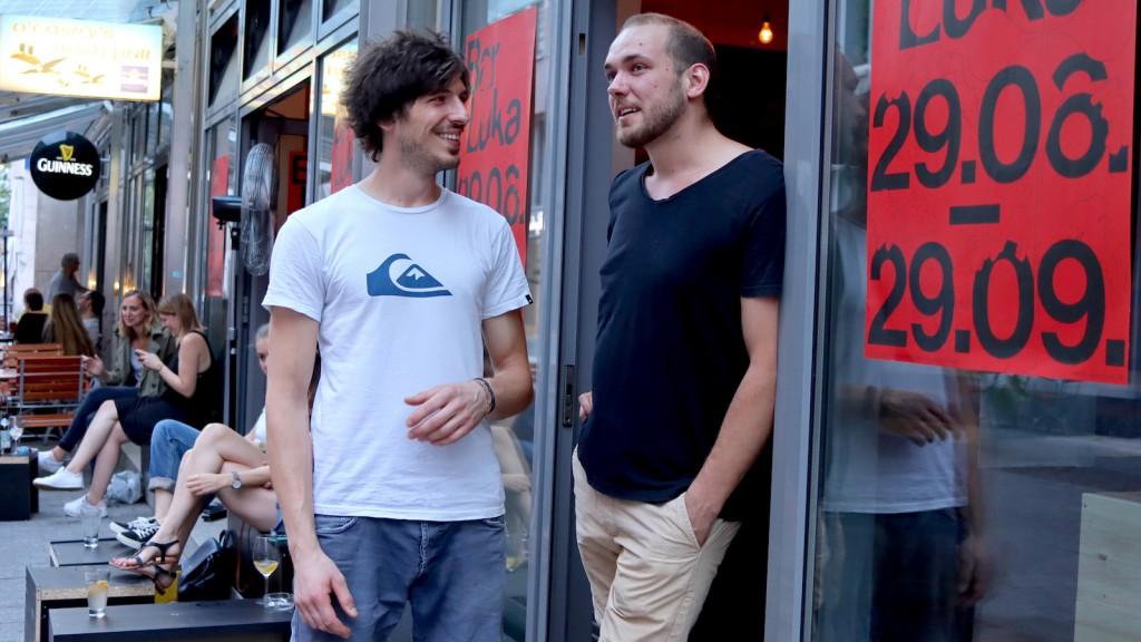 Michael Kröck und Tim Strüver vor der Bar Luka