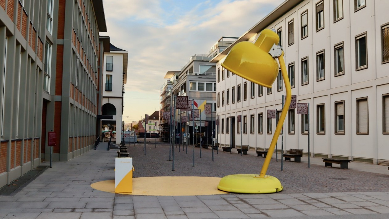 Gelbe Lampe am Schlossplatz