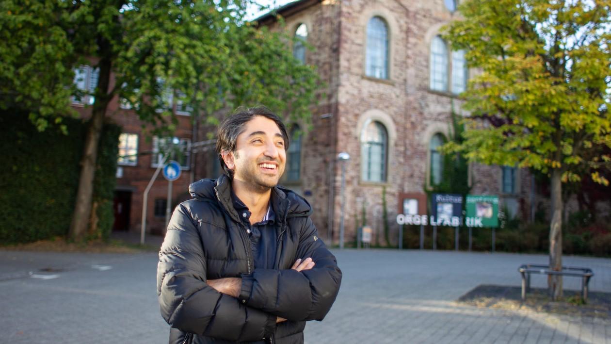 Serdar Dogan vor der Orgelfabrik in Durlach