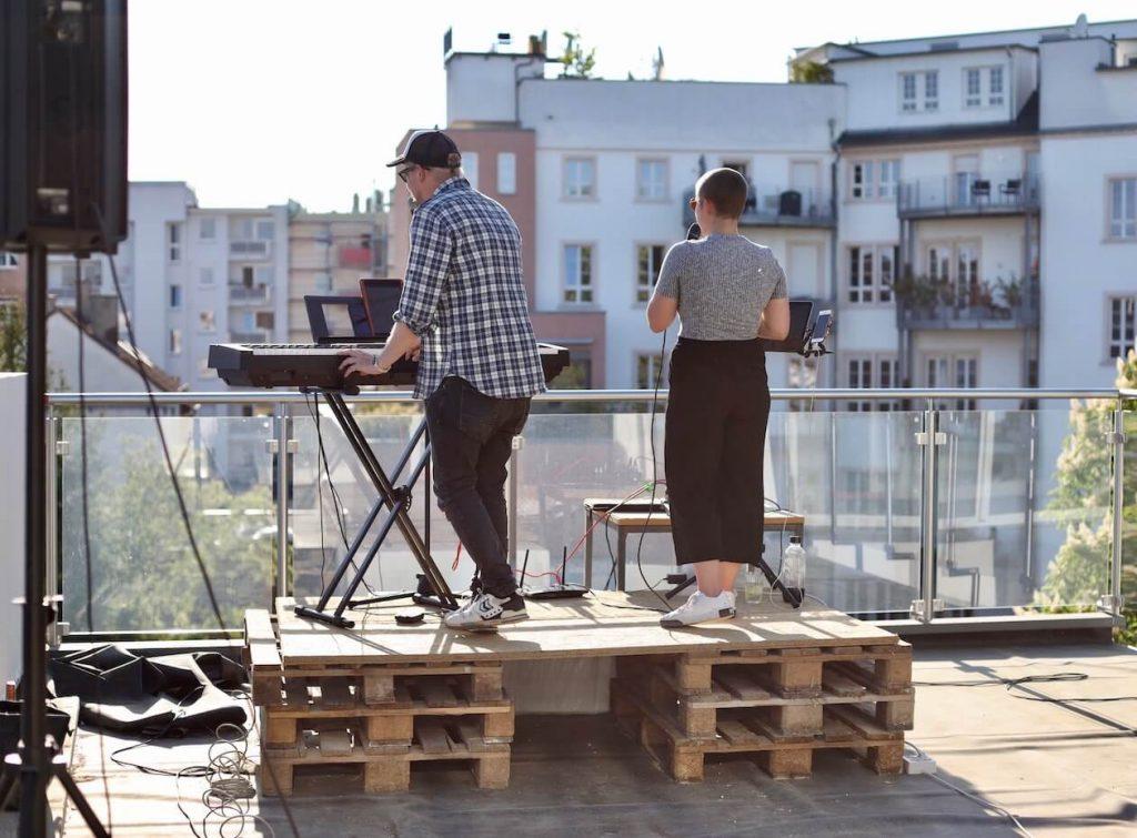 Micka beim Balkonkonzert in der Südstadt