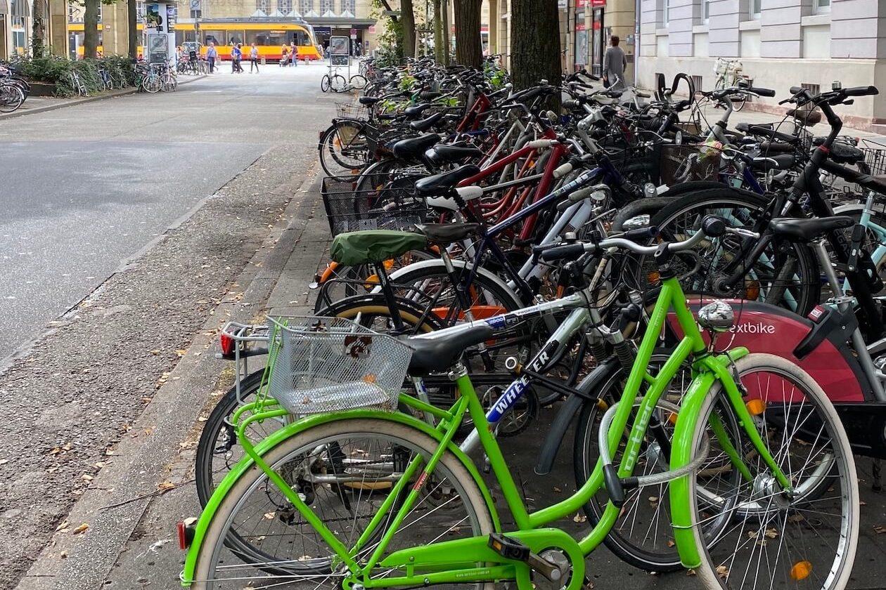 Fahrräder am Hauptbahnhof in Karlsruhe