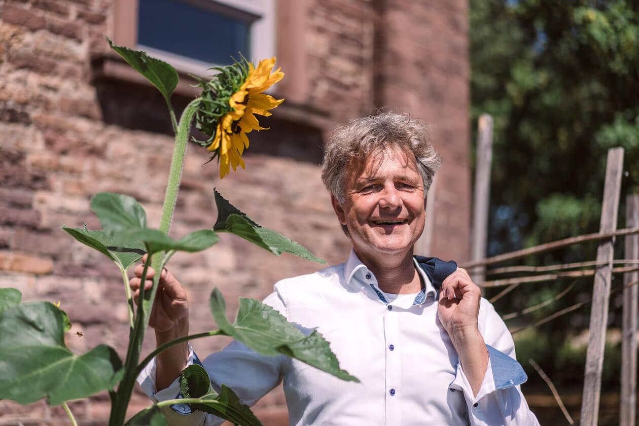 Frank Mentrup mit Sonnenblume