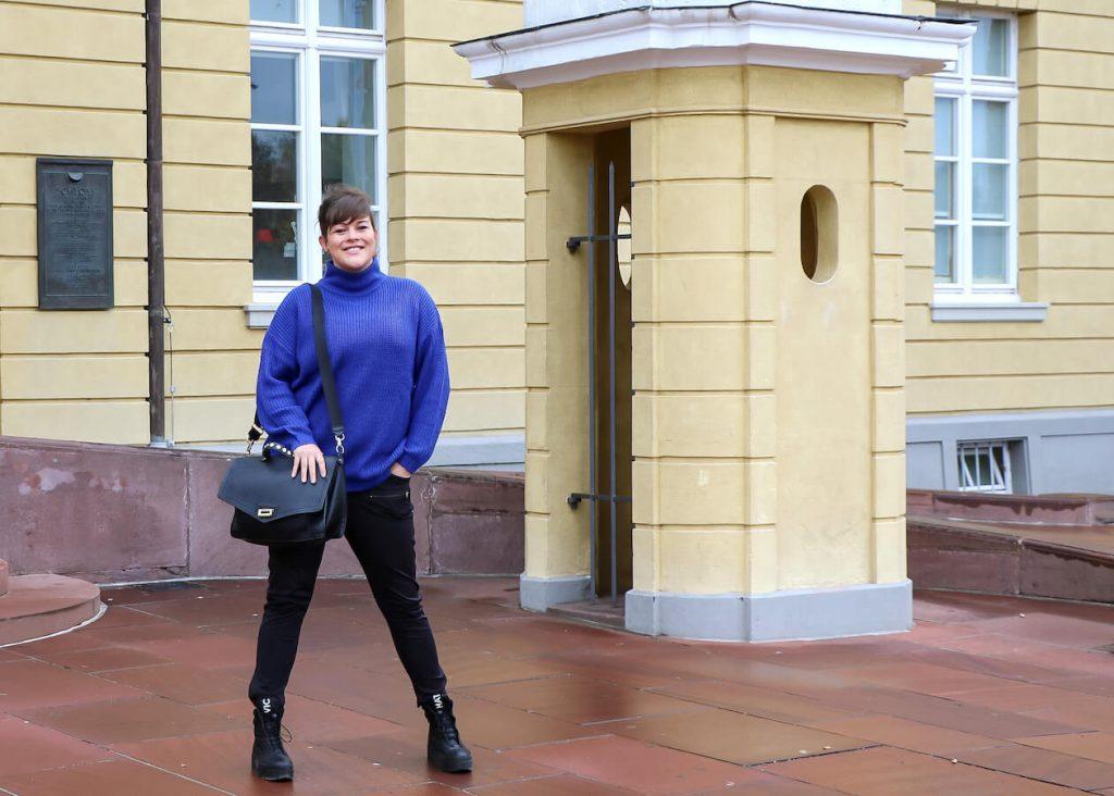 Juliane Hübner vor dem Karlsruher Schloss