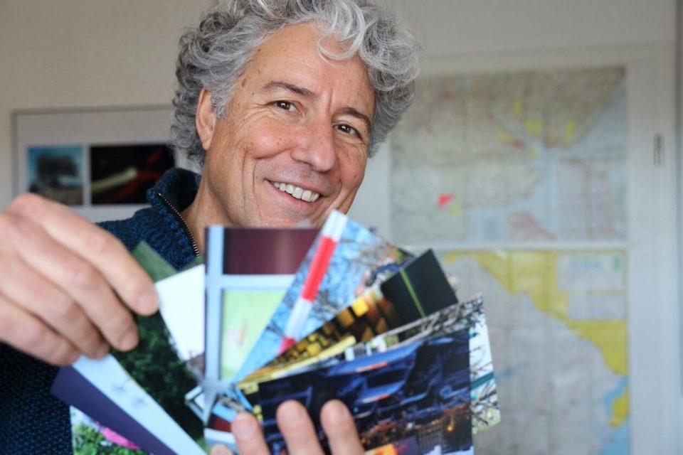 Gustavo Alàbiso mit Postkarten