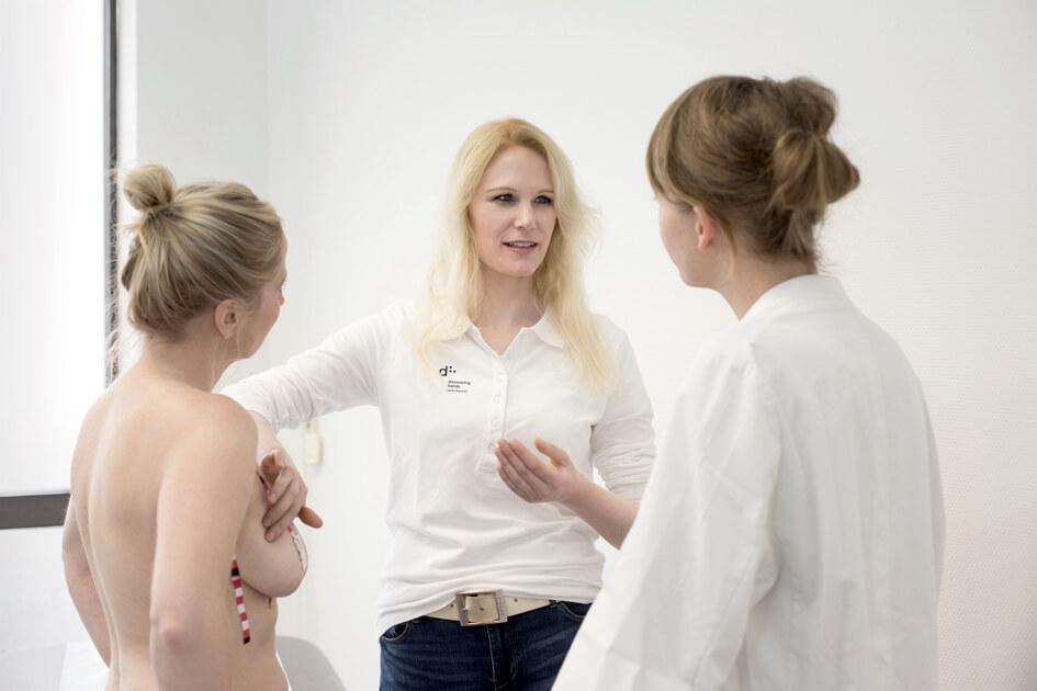 Drei Frauen bei der medizinisch-taktilen Untersuchung