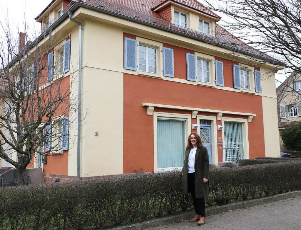 Irina Hansmann in der Gartenstadt Karlsruhe