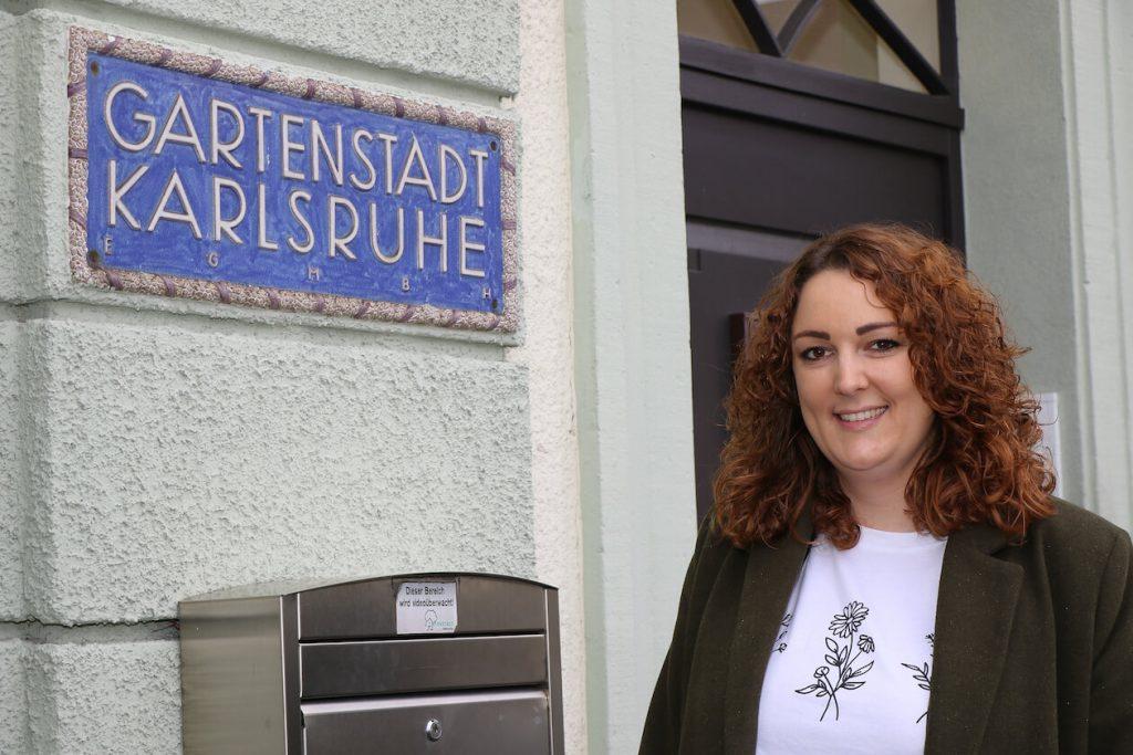 Irina Hansmann vor der Zentrale der Gartenstadt Karlsruhe