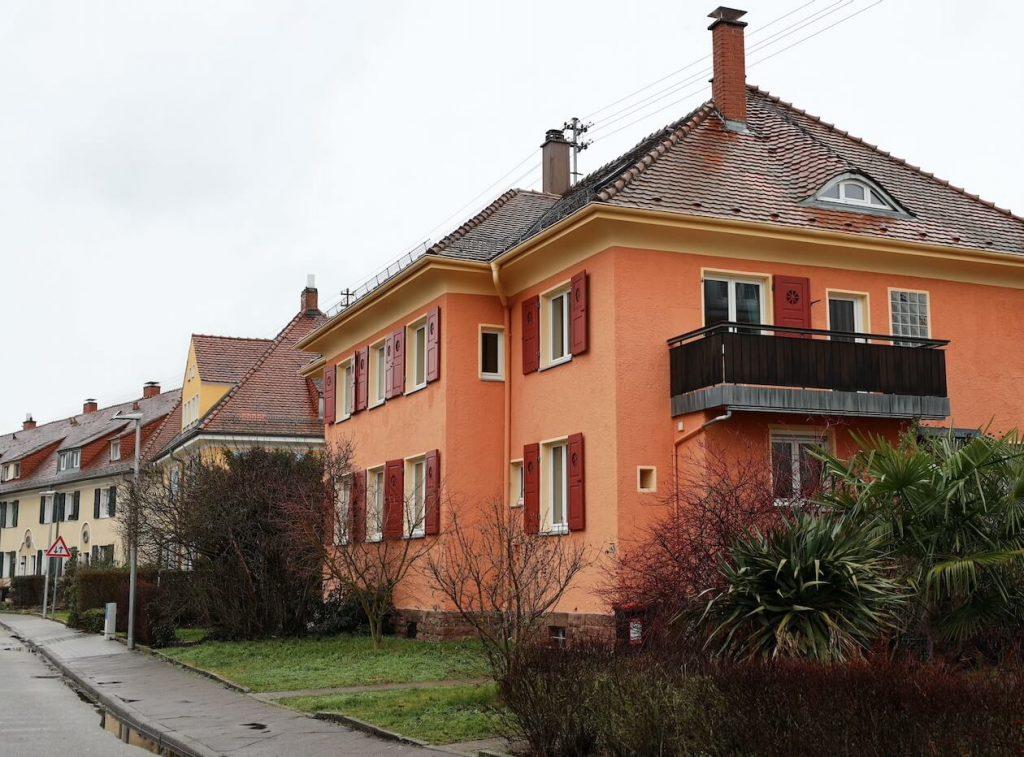 Orangefarbenes Haus in der Gartenstadt Karlsruhe