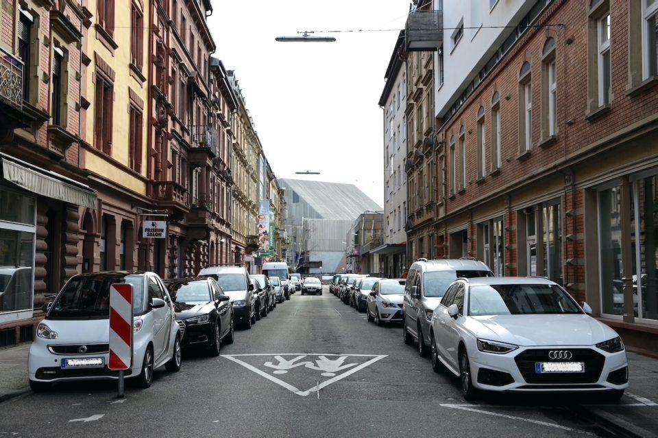 Parkende Autos in der Kreuzstraße in Karlsruhe