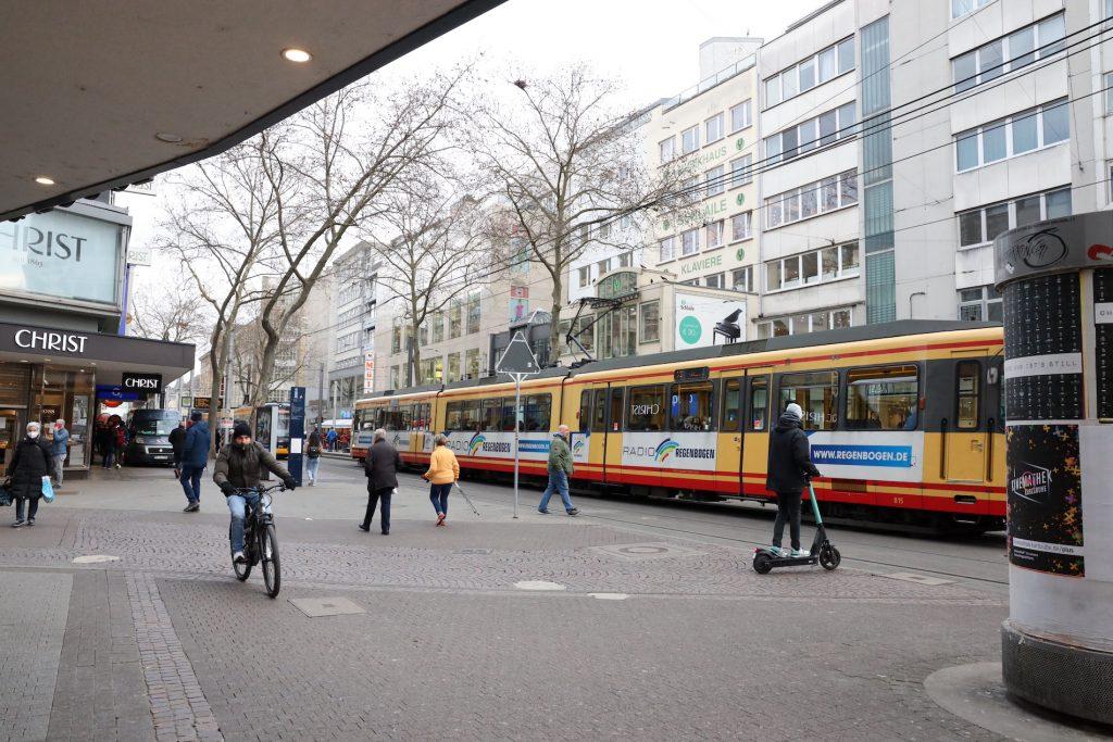 Tram in der Fußgängerzone von Karlsruhe