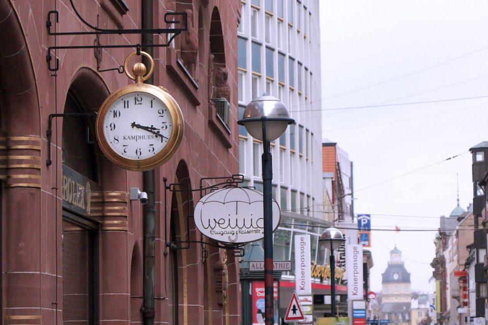 Uhr in der Karlsruher Kaiserstraße