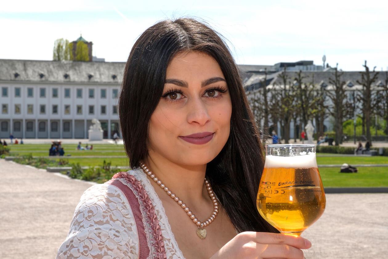 Nena Taherkhani auf dem Schlossplatz in Karlsruhe