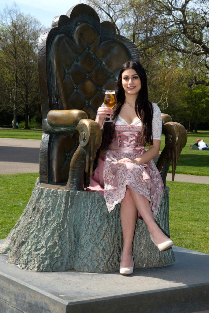 Nena Taherkhani auf dem Thron im Schlosspark Karlsruhe