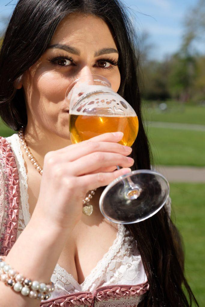 Nena Taherkhani trinkt ein kühles Bier
