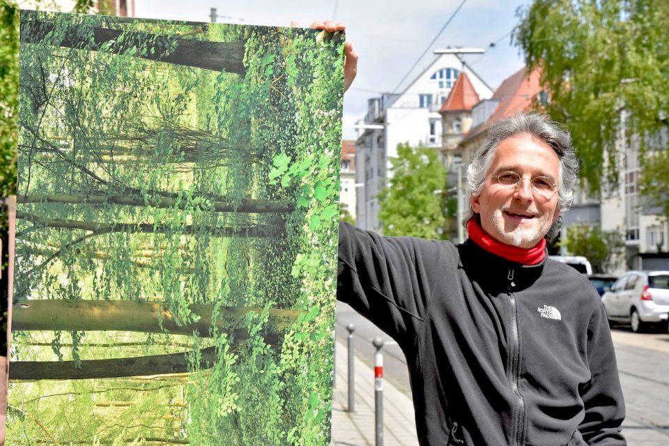 Holger Tuttas mit einem Wald-Bild