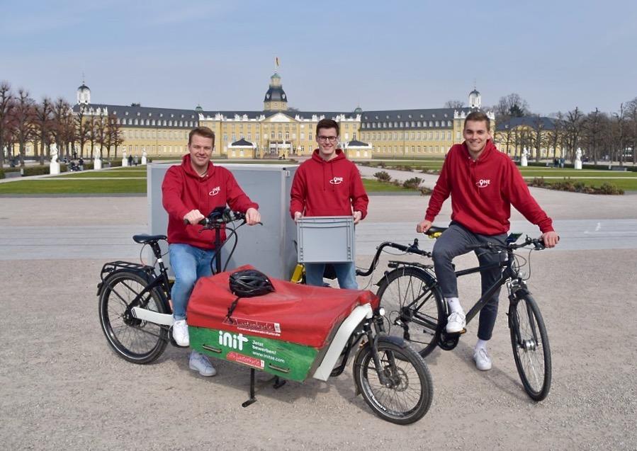 Lukas Wagner, Jannik Nefferdorf und Han Völker von TheLocalOne vor dem Schloss Karlsruhe