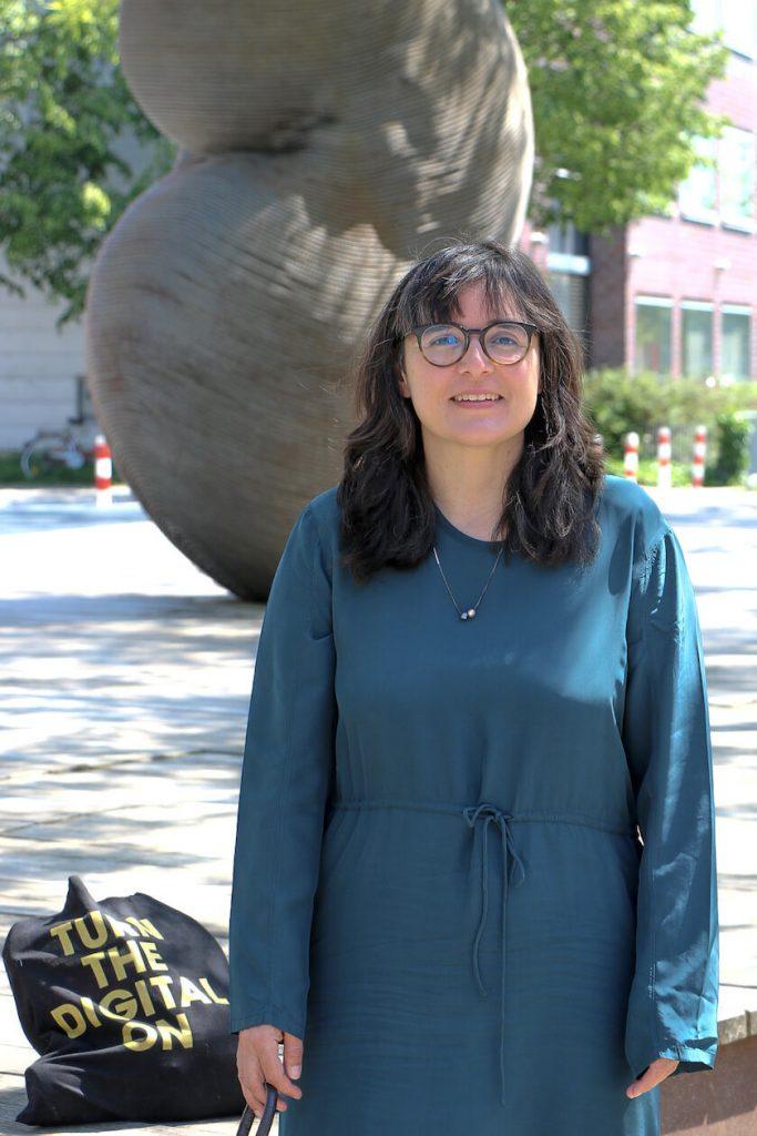 Carmen Beckenbach vor der Städtischen Galerie