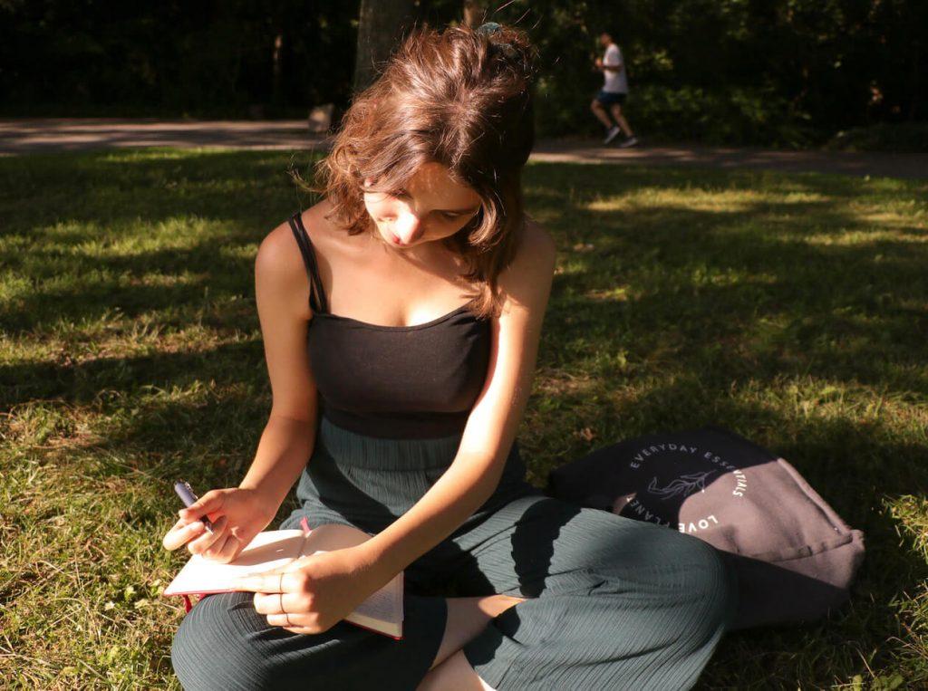 Rosa Lobejäger notiert ihre Gedicht-Ideen