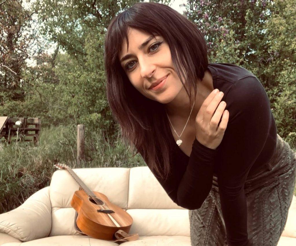 Ana Djan mit Gitarre