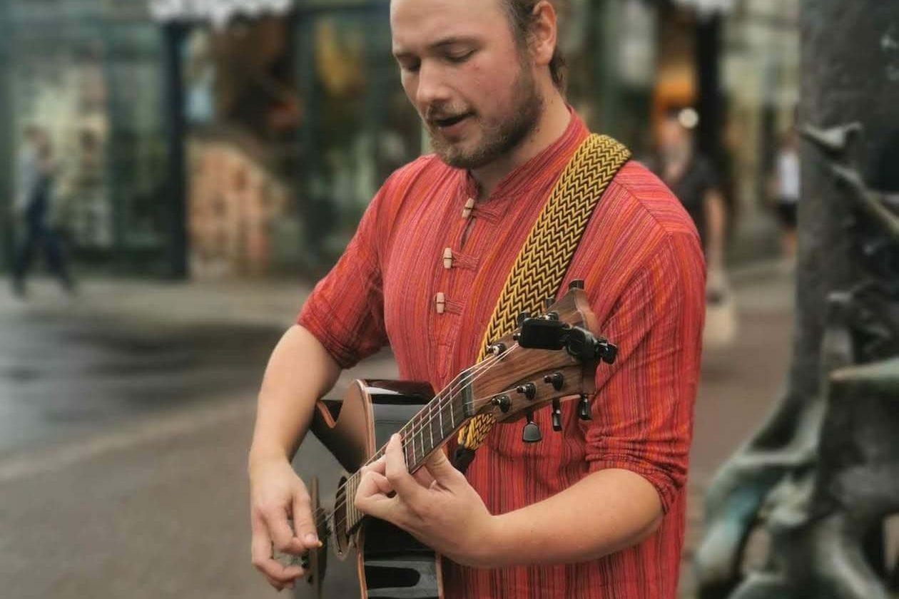Marcel Buchholz ist Straßenmusiker in Karlsruhe