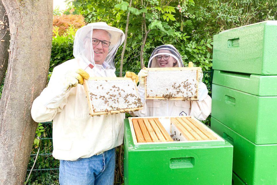 Thomas Kowalski und Karla Wolff mit Bienen